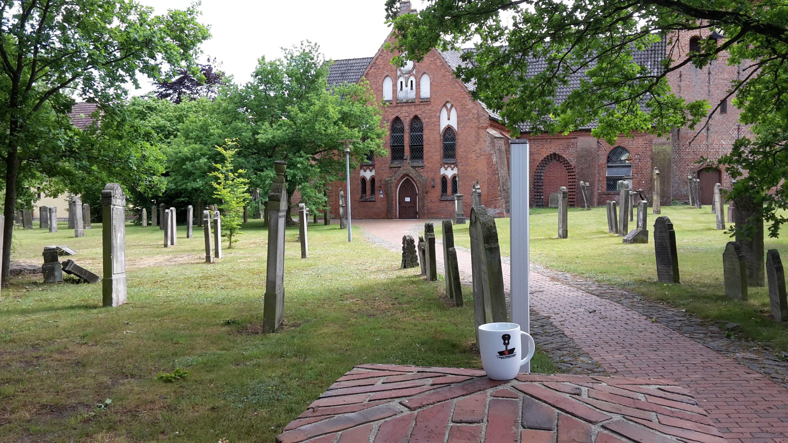 BUO-Tasse vor Kirche